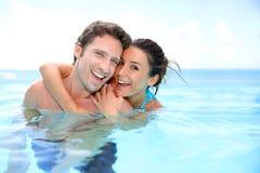 Pares en piscina del centro turístico Imagen de archivo