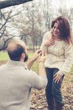 Pares en propuesta de matrimonio del amor Foto de archivo