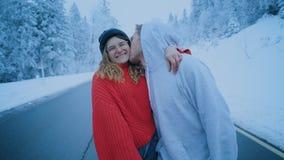 Pares en risas y besos del amor en invierno almacen de video