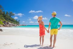 Pares en ropa brillante en una playa tropical en Praslin, Seychelles fotografía de archivo libre de regalías