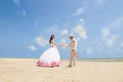 Pares en ropa de la boda Imagen de archivo libre de regalías