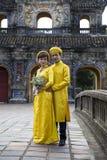 Pares en ropa tradicional en Royal Palace en tonalidad, VI de la boda Fotos de archivo libres de regalías