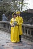 Pares en ropa tradicional en Royal Palace en tonalidad, VI de la boda Foto de archivo libre de regalías