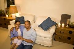Pares en sala de estar Imagen de archivo libre de regalías