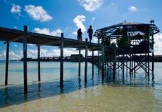 Pares en shilouttee en la isla de Kapalai Fotos de archivo libres de regalías