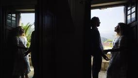 Pares en sitio oscuro cerca del balcón del chalet metrajes