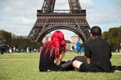 Pares en torre Eiffel Foto de archivo libre de regalías