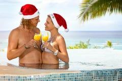 Pares en tropical, día de fiesta del amor de la Navidad Fotografía de archivo libre de regalías