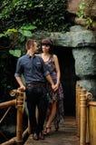 Pares en un paseo en jardín botánico del lugar romántico foto de archivo