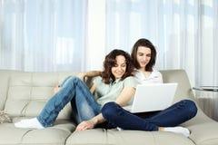Pares en un sofá, hojeando Imagen de archivo libre de regalías
