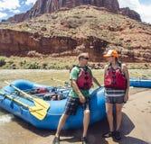 Pares en un viaje que transporta en balsa abajo del río Colorado Imágenes de archivo libres de regalías