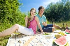 Pares en una comida campestre Imagen de archivo libre de regalías