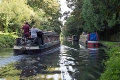 Pares en una gabarra que viaja a lo largo del canal magnífico de la unión Fotografía de archivo libre de regalías
