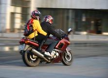 Pares en una motocicleta. Foto de archivo libre de regalías