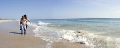 Pares en una playa Foto de archivo libre de regalías