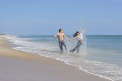 Pares en una playa Imagen de archivo libre de regalías