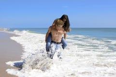 Pares en una playa imágenes de archivo libres de regalías