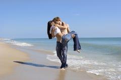 Pares en una playa foto de archivo