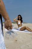 Pares en una playa fotos de archivo libres de regalías