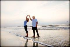 Pares en una playa Fotografía de archivo libre de regalías