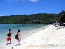 Pares en una playa Imagenes de archivo