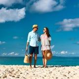 Pares en una playa en Seychelles Imagen de archivo libre de regalías