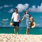 Pares en una playa en Seychelles Imagen de archivo