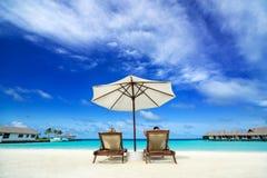 Pares en una playa tropical Foto de archivo libre de regalías