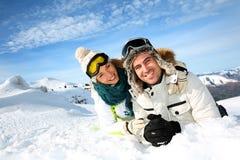 Pares en vacaciones del invierno del esquí fotos de archivo
