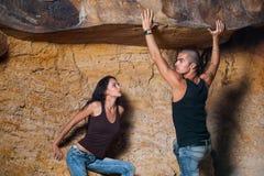Pares en vaqueros en la cueva foto de archivo libre de regalías