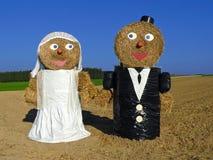 Pares en vestido de boda - aduana rural Foto de archivo libre de regalías