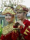 Pares en vestido indonesio imagen de archivo