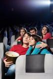 Pares enamorados en el cine Fotografía de archivo libre de regalías