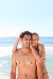 Pares enamorados en la playa Fotografía de archivo libre de regalías