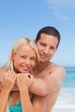Pares Enamored na praia foto de stock