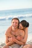 Pares Enamored que abraçam na praia fotografia de stock royalty free