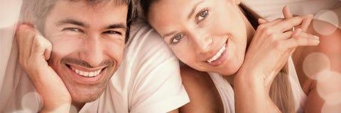 Pares Enamoured que têm o divertimento encontrar-se na cama Imagens de Stock Royalty Free