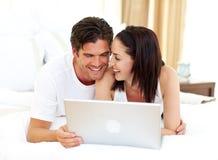 Pares Enamoured usando o portátil Imagens de Stock Royalty Free