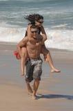 Pares encantadores atrativos na praia Foto de Stock