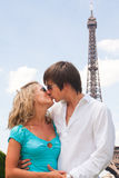 Pares encantadores em Paris Fotos de Stock