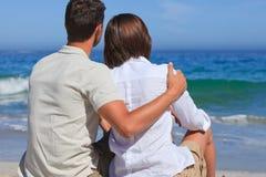 Pares encantadores en la playa Fotografía de archivo libre de regalías