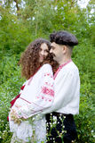 Pares encantadores en traje nacional ucraniano fotos de archivo