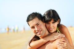 Pares encantadores na praia Imagens de Stock