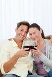 Pares encantadores que bebem o vinho vermelho Fotos de Stock Royalty Free