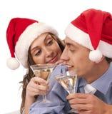 Pares encantadores que prendem os vidros do champanhe Fotografia de Stock Royalty Free