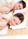 Pares encantados que reciben un masaje posterior foto de archivo