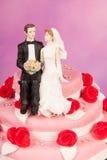 Pares encima del pastel de bodas fotos de archivo