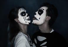 Pares engraçados de Dia das Bruxas no amor Fotos de Stock