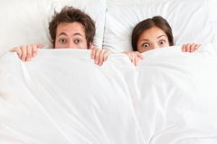 Pares engraçados na cama Fotografia de Stock Royalty Free