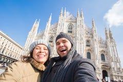 Pares engraçados que tomam o autorretrato no quadrado do domo em Milão Viagem do inverno, It?lia e conceito do relacionamento foto de stock royalty free